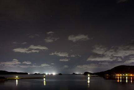 天敵のイカを捕まえる漁船のいさり火で夜景を撮る