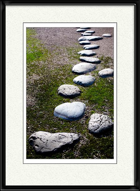 飛び石に光りが反射し地面から浮かび上がる