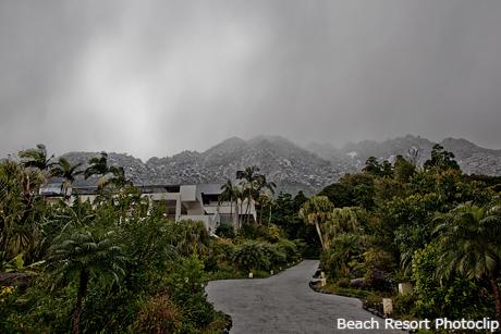 東南アジアな雰囲気と雪山のコラボ