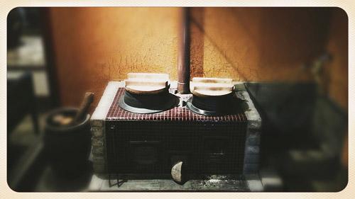 子供のころ竹の筒で薪に息を吹きかけた記憶がよみがえるなぁ。。。あっ、母親の田舎に行ったときね