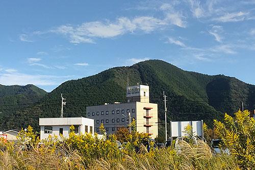 土佐くろしお鉄道の高架下(^^;)からアバン宿毛を見る