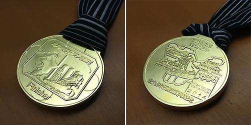 とても撮影しにくい完走メダル(^_^;)わかりづらいですが表の左側の人物はメーテルです