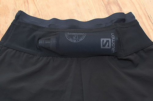 THE NORTH FACE Flyweight Racing ShortにSalomon Softflask 8oz 入るの図