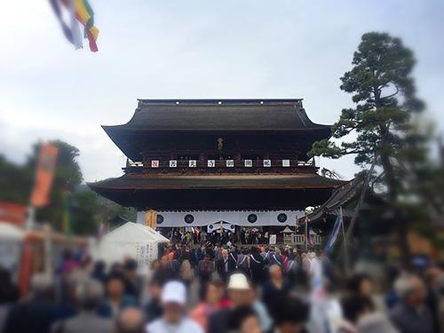 仁王門をくぐり抜けると次は山門、写真ではわかりづらいですが奥の方に回向柱が見えてきます