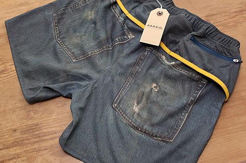 2つの大きなポケットはプリント、その上側にファスナーのついたポケットが3つ