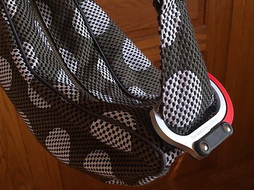 先日、別府大分毎日マラソンに参加した時、大分駅そばの太田旗店で購入したバッグに取り付けてみた